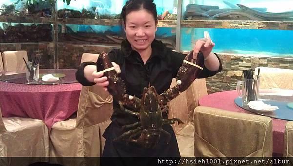 服務員展示大龍蝦