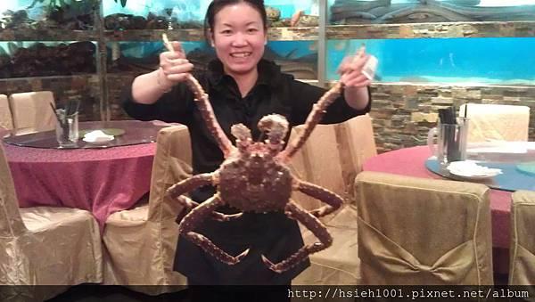 服務員展示帝王蟹