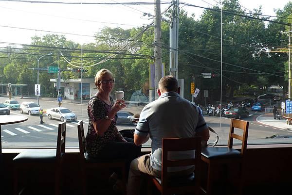 在Starbucks吃早餐看街景
