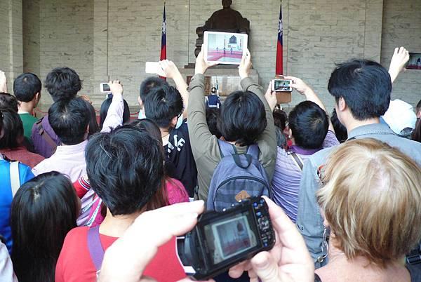 台灣民主紀念館裡的衛兵交接