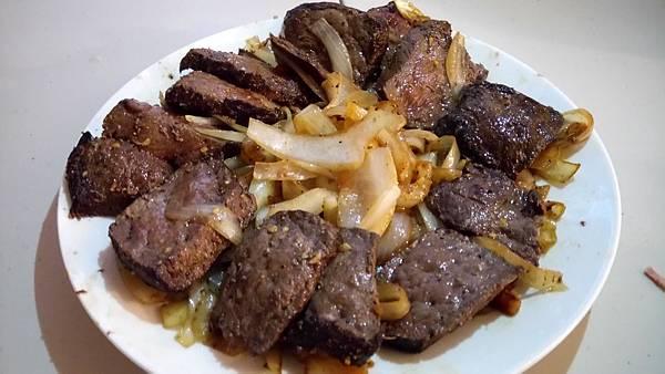 洋蔥炒鯨魚肉.jpg