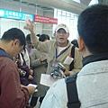 領隊發護照和簽證,並說明相關事項