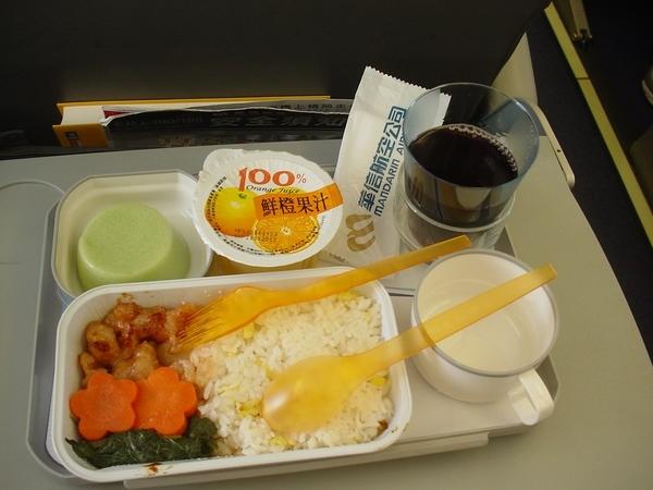 我點的飛機餐之雞肉飯(華信航空的機餐都不好吃,搖頭)