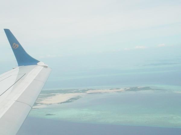 快降落了!可看見海上的島嶼!