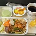 老公點的飛機餐之豬肉麵(勉強能吃,sigh)