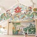 很華人的一座廟,瞧那龍和壁畫就知