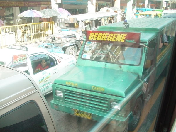 車水馬龍的景象~大多是小公車或小白(Taxi)