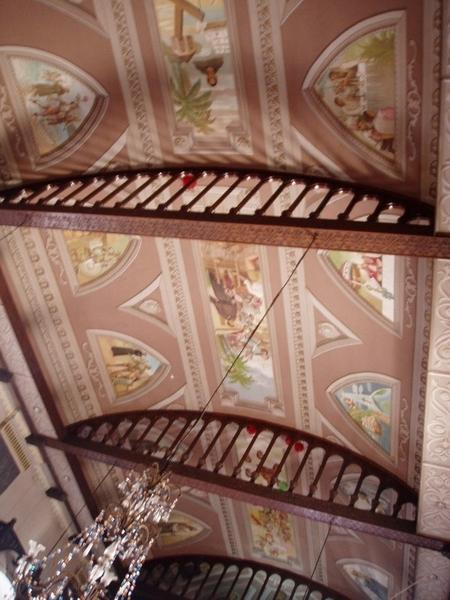 教堂天花板~教堂內處處是薰香的香味