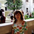 教堂中庭的走廊~那裡陽光很好~也有很美的庭園造景~
