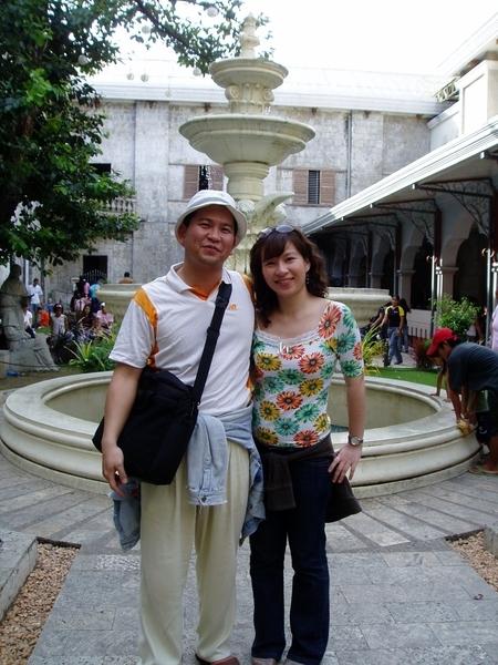 和老公在美美的教堂中庭合照~^^