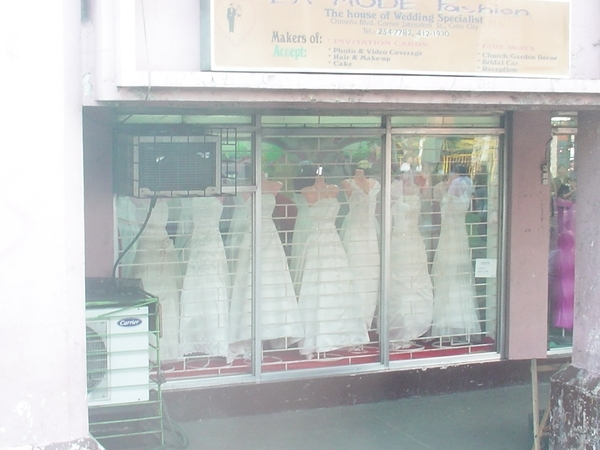 發現婚紗店!應該是出租或訂作禮服之類的店~沒看到婚紗照~