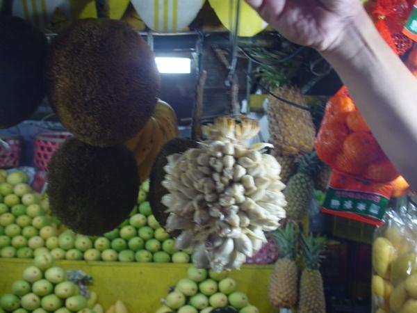 local水果攤~左邊黑黑一球是榴槤~中間一串是麵包果~吃起來像釋迦~