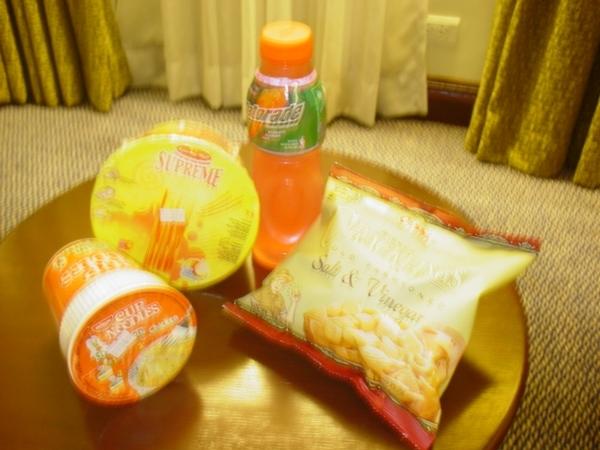 去AisaTown的便利商店買了泡麵和小點心回來吃~