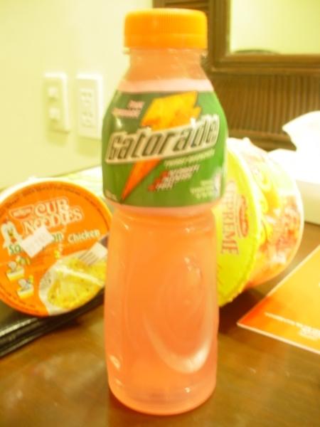 這品牌的運動飲料據說不錯~買了Pink Lemonade口味的來喝喝看~一瓶P40~