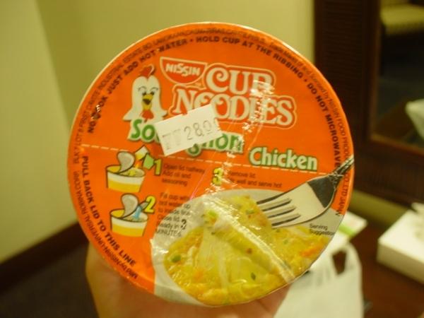 P28的雞汁小杯麵~口味是不賴~但台灣大概只要NT13就可買到的東西~
