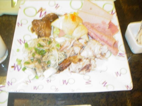 老公盛來這盤~兩人一起吃~同團的姊姊說~為什麼我們這桌看起來特別好吃?