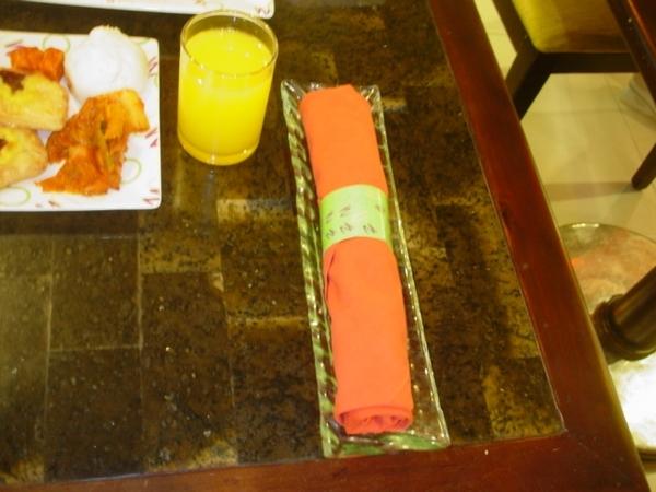 餐具用餐巾仔細地包起來哦~每位賓客都由飯店人員帶入座~不用擔心和別人搶位或佔位~