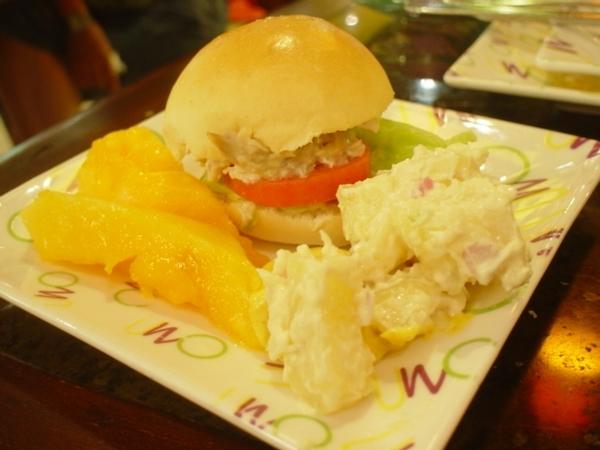 後來我又吃了小漢堡~馬鈴薯沙拉和木瓜~超讚!