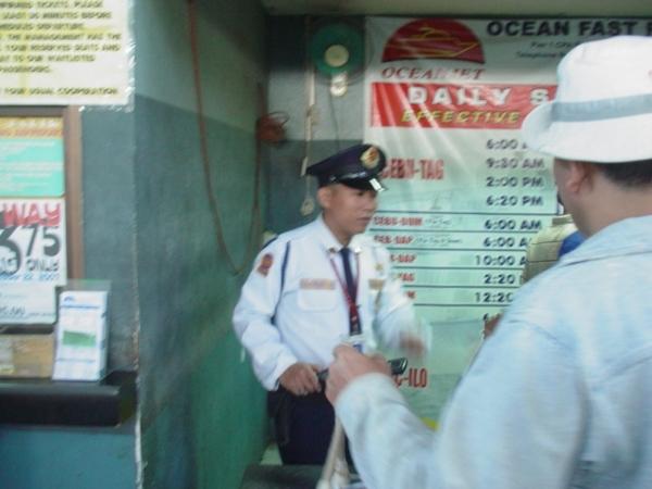 在菲國到處都有警察管理進出的人~