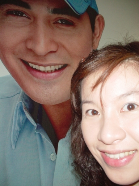 發現廣告牆上的中年型男~應該是菲國知名的男演員+導演~