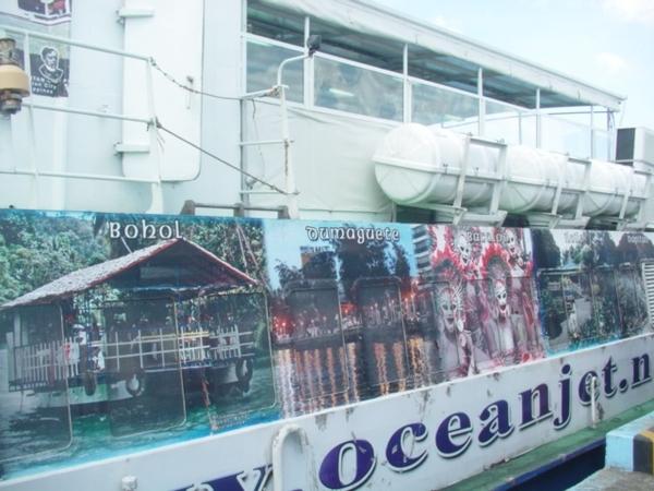 船身上有一些薄荷島知名景點的照片~這船很穩~完全不需吃暈船藥!感覺不出在坐船~
