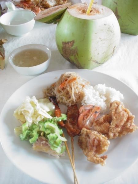 竹筏上的菲式自助餐+椰子一顆~