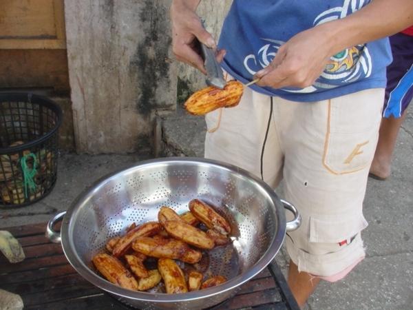 炸香蕉條的成品很像糖蜜蕃薯~一大一小的香蕉為一串~每串P2~