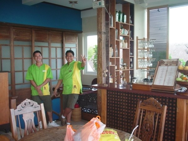 渡假村的員工很熱情!我發現菲國旅館服務生的制服顏色都很閃亮~在水藍城堡那邊的也是~女生還穿超短迷你裙!