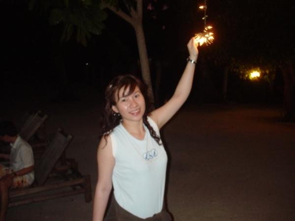 沙灘上的樹有掛了一些小燈炮點綴哦~