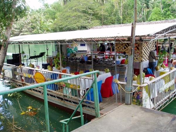 中午用餐的漂流竹筏~餐點已準備好等我們嚕!
