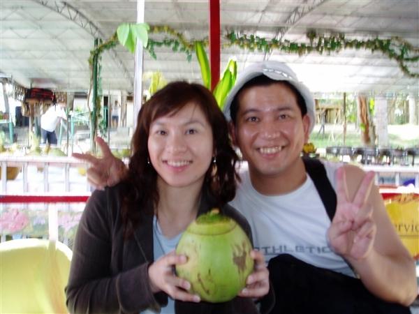 和大椰子合照!一人一顆喲~大中午喝椰子水有解渴到~