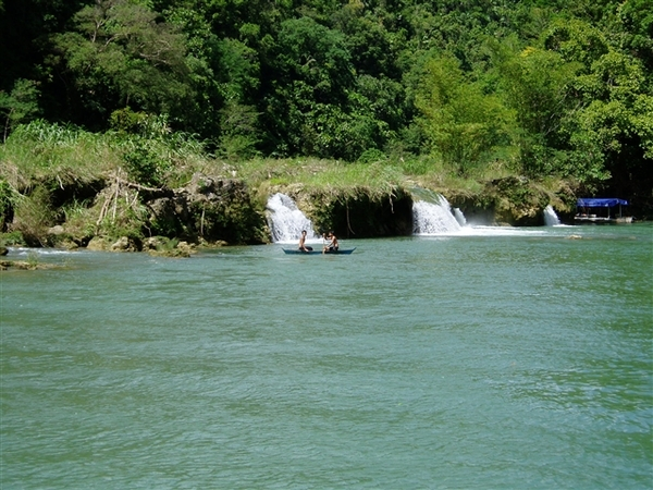 竹筏漂到河流的盡頭的迴轉處~