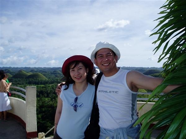 觀光客夫妻檔到巧克力山一遊!