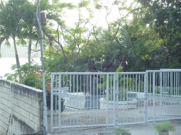歃血盟約紀念碑~一個比公園還小的景點~本團的大家興趣缺缺~只在車上拍個照表示到此一遊~