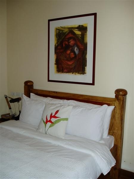 房間的牆上有掛畫~另一面牆還有兩幅~