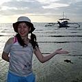 後方就是菲國特有的螃蟹船(BANCA)喲!