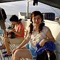 搭上船啦!要先去找海豚~附近幾艘船找了好久都沒看到~只隱約看到兩隻海豚的鰭~不知是否是幻覺?