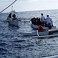 小接駁船來了~三人一船載去浮潛~後來才被告知每小船要另付P200服務費~