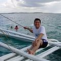 老公不愧是漁家子弟出身!已經輕鬆地坐到螃蟹船的「蟹腳」上去了!