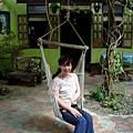 老闆家門口有一個吊椅~老闆的住宅從外面看來也是很溫馨~