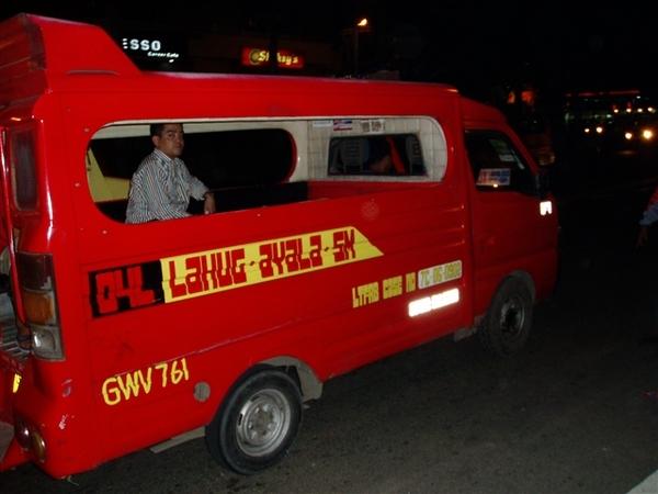 晚餐後搭小公車去逛街!體驗小公車一趟每人P7~隨攔隨上!但切記別搭錯線路哦!