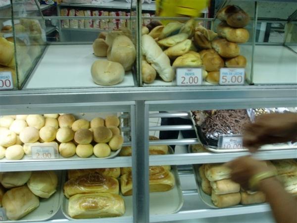 麵包的種類還算多~但比起台灣的多變化、多口味~菲國麵包還是單調了些~
