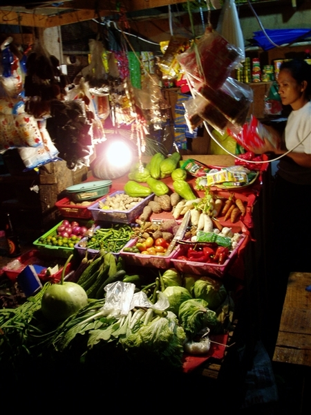 晚上小巷市集裡的菜攤~每樣蔬菜都小小的~有的看來有些缺水~好吃者首推菲國的紫洋葱~