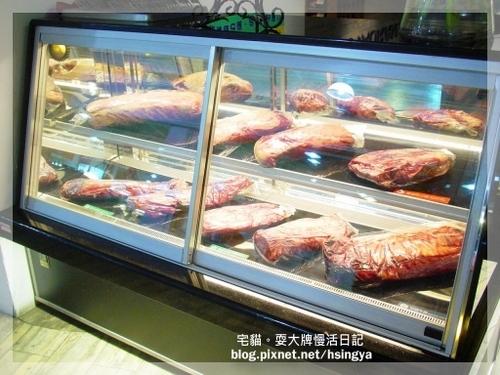 消費者可看到冷藏櫃裡的各種新鮮牛肉~but本貓夫婦不吃牛肉滴!