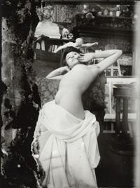 模特兒在慕夏的工作室裡擺姿勢1902巴黎幽谷街工作室.jpg