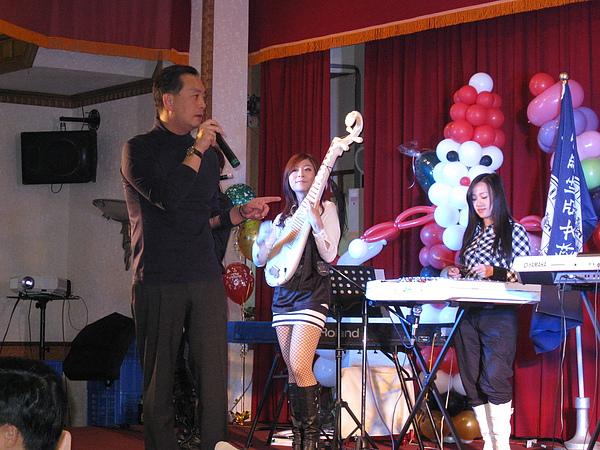 聖約翰科技大學董事嚴凱泰先生唱歌