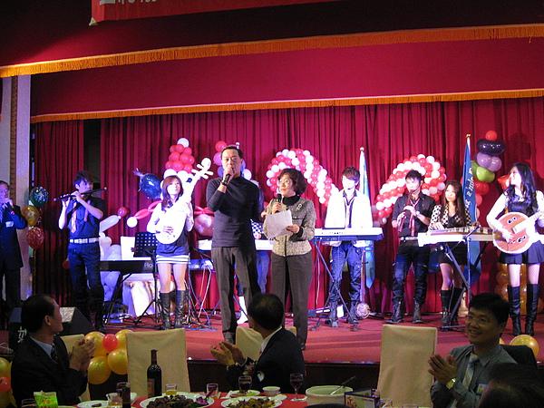 聖約翰科技大學陳校長與董事嚴凱泰先生合唱