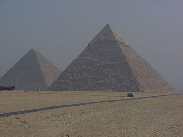 古夫王及卡菲王金字塔的一角
