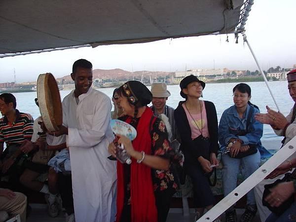風帆船上當地人的娛興表演