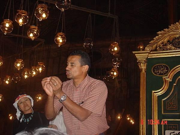 當地導遊正在解說回教徒的宗教儀式